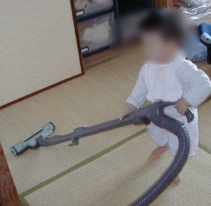 次男は1歳半で掃除機デビューしました。