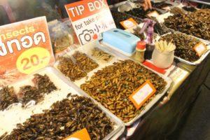 タイのナイトマーケット昆虫食